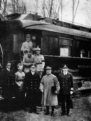 El Comandante en Jefe de las Fuerzas Aliadas, el Mariscal francés Ferdinand Foch (segundo por la derecha), tras la firma del Armisticio.
