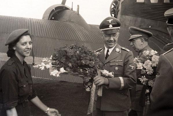 Heinrich Himmler a su llegada en avión a Barcelona.