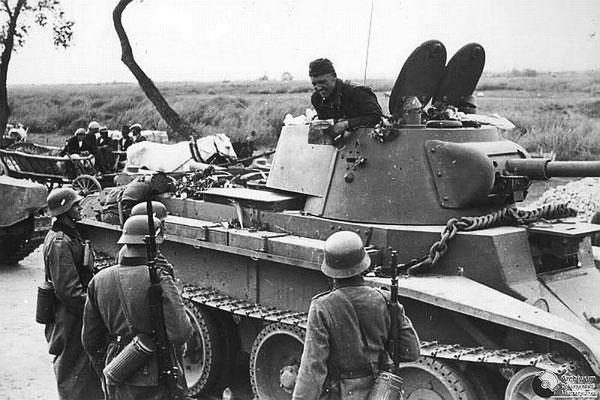 El 17 de septiembre de 1939, la Unión Soviética se une a su aliado la Alemania nazi e invade Polonia desde el este. WWII Pictures