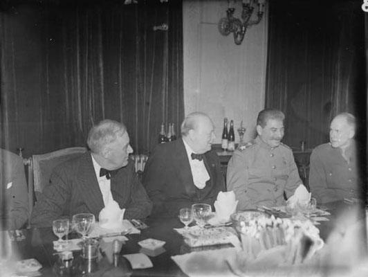 Franklin D. Roosevelt, Winston Churchill y Iósif Stalin, durante una de las cenas oficiales. Sputnik Mundo.