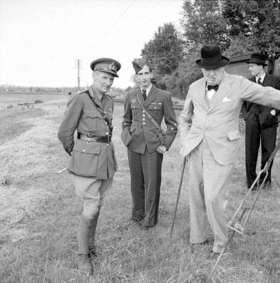 De izquierda a derecha al General Montgomery, el rey Pedro II de Yugoslavia y el Primer Ministro británico Winston Churchill.