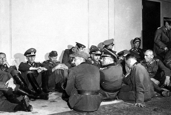 Altos oficiales nazis alemanes hechos prisioneros por las fuerzas francesas libres en el Hotel Majestic de París 26ago1944.