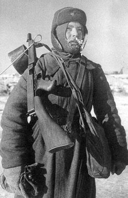 Un soldado soviético posando con una metralleta Thompson americana en Stalingrado, enero de 1943.