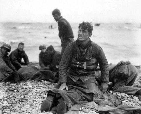 Soldados estadounidenses recuperando a sus compañeros caídos durante el desembarco de los Aliados en Normandía. Playa de Omaha, junio 1944. WWII Pictures