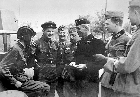 El 22 de septiembre de 1939, la Unión Soviética y la Alemania nazi celebraron un desfile militar conjunto en Brześć Litewski (actualmente Brest - Bielorrusia) para celebrar sus victorias en la invasión de Polonia. WWII Pictures