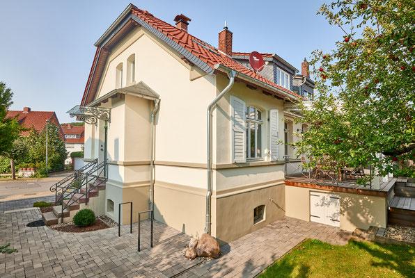 1899 - Ferienhaus, Seminarhaus und Kochwerkstatt / Südwestansicht zum Hauseingang mit Fahrradabstellplatz
