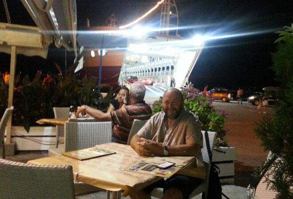 Abends gab's Souflaki in einer Taverne in Eretria. Im Hintergrund die Fähre nach Nea Palatia