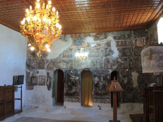 in der Kirche waren sehr schöne Fresken an den Wänden