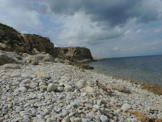 Steinstrand kurz vor dem Hafen von L'Escala (im Hintergrund der Klippenwanderer)