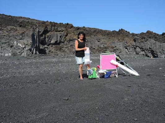 Inge und unsere neuen Stühle am Playa Nueva