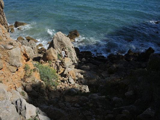 Inge an einem Felsenstrand