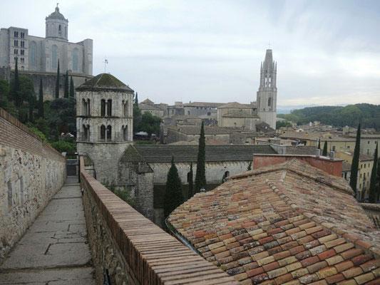 auf der Burgmauer über der Stadt