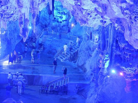 Die berühmte Tropfsteinhöhle oder Köhler auf der Flucht