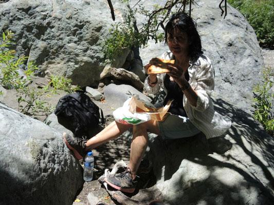 Picknick - Inge mit mitgebrachten Leckerli vom Bäcker