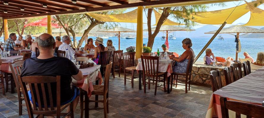 Mittagessen in Xirokampos, umringt von Seglern...