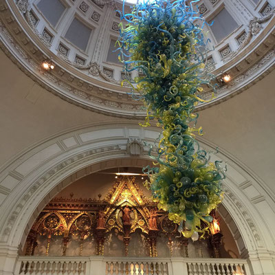 Chihuly glass chandelier, Entryway Victoria & Albert Museum, London, England Photo credit: Amy Mundinger, 2017