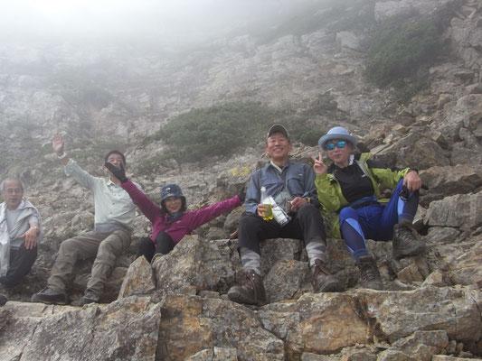 五竜岳頂上直下で休憩ー2
