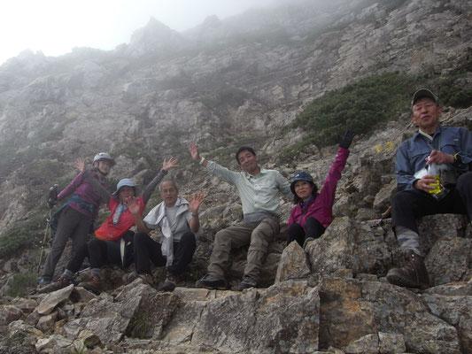 五竜岳頂上直下で休憩ー1