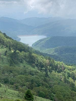 稜線から望む大菩薩湖