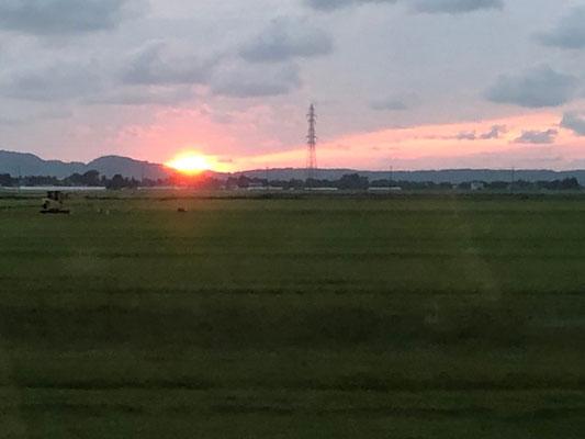 鳥海山、帰りの電車からの日本海に沈む夕日