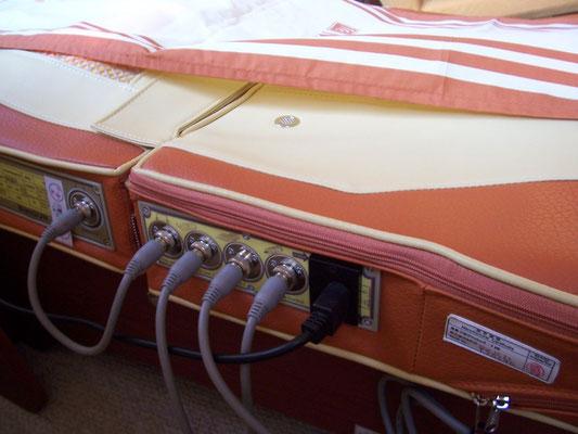 Bild: MIGUN HY 7000 elektrische Massageliege Anschlüsse für die Elektrik und Steuerung