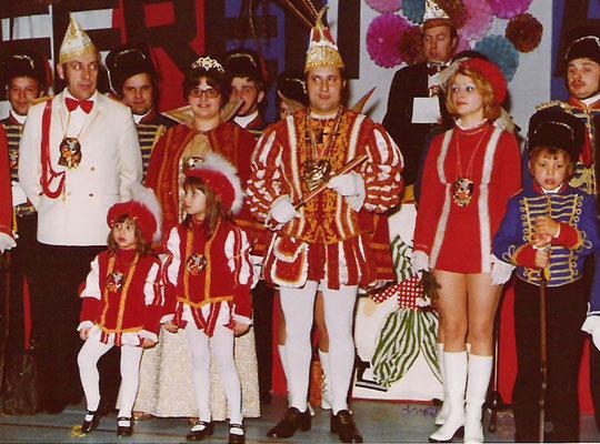 Das Prinzenpaar: Ernst I und Edelgard (Münsch) mit Prinzenführer Toni Clasen (Vater des Prinzen 1993) und Pagen