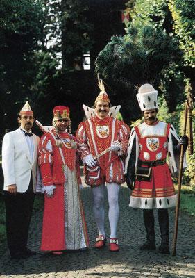 Prinzenführer Heinz Persch, Jungfrau Jacobine (Jaap Bouman), Prinz Toni II (Clasen), Bauer Jürgen (Clasen)