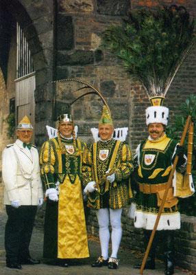 Prinzenführer Karl-Heinz Bong, Jungfrau Gundi (Günther Hinz), Prinz Bernd I (Frechen), Bauer Paul (Krumbein)