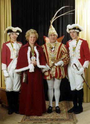 Das Prinzenpaar Liesel und Peter III (Assenmacher) mit ihren Pagen Gerd und Dieter