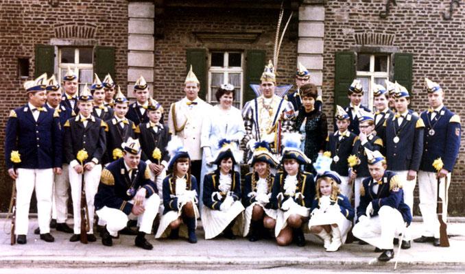 Prinzenpaar 1966 mit Tambourcorps