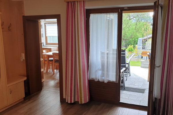 Ferienwohnung Strasser in Malta: Blick vom Vorraum in die Küche mit Essbereich und auf die Terrasse mit Gartenanlage