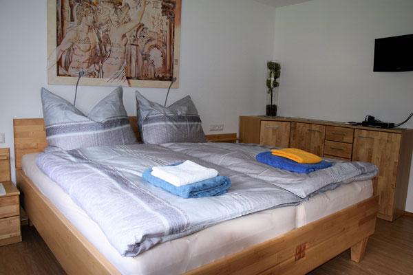 Ferienwohnung Strasser in Malta: Das große Schlafzimmer für zwei Personen inkl. TV und WLAN