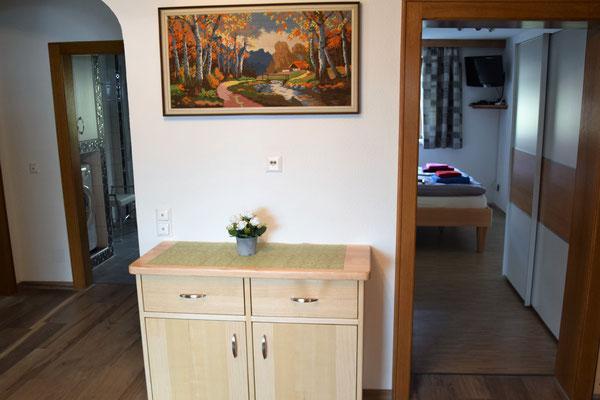 Ferienwohnung Strasser in Malta: Blick vom Vorraum ins Badezimmer und ins kleinere Schlafzimmer für 2 Personen