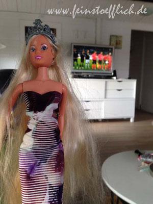 Barbie hat ein neues Kleid, genäht vom Kindelein und wir gucken EM2016