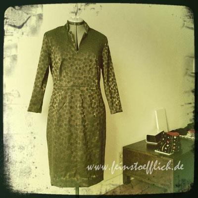 """Kopie des """"Kreuznaht"""" Kleides wurde dann mein Weihnachtskleid, Stoff aus dem Stoffcentrum"""