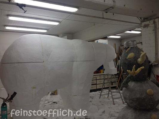 Der Eisbär passt nur knapp unter unsere Decke im Atelier