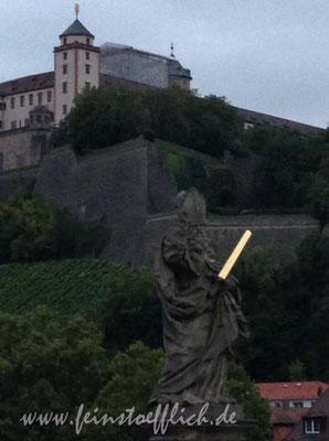 Brückenfigur mit Lichtschwert