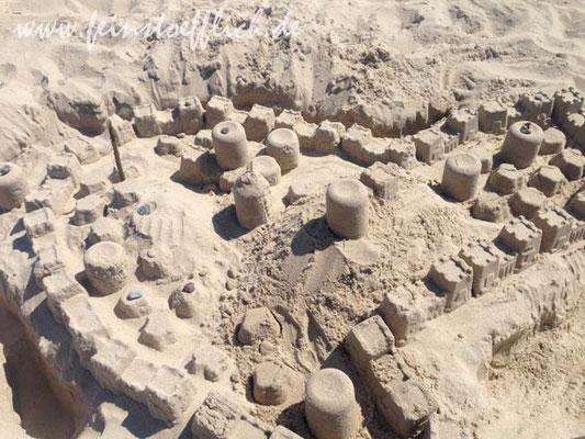 riesige Strandburgen mit Stadtmauer.. Da haben Kind und Gefährte wohl zuviel Carcassonne gespielt