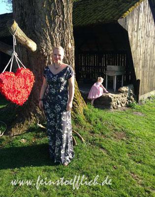 7. Mai Hochzeitsgastkleid mit kleiner Discokugel im Hintergrund, Anna-Dress von by Hand London, Stoff von Fashion for Designers