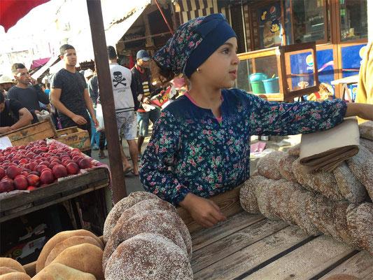 Ein (zu) junges Mädchen verkauft Brot auf dem Markt von El Jadida (©Timo Schlitz)