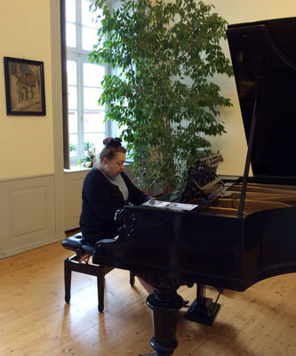 Florence Delaage beim Einspielen im Dirmsteiner Schloss