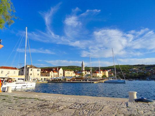 Ankunft auf der Insel Brač im Hafen von Supetar ...