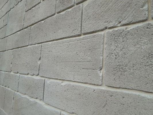 Fausse pierre avec gros grain, pour imiter les pierres rongées par le temps