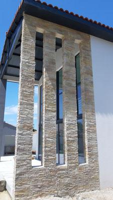Enduit imitation parement sur la terrasse d'une maison d'architecte