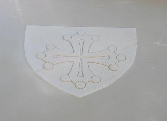 Décoration croix du languedoc sur façade en bord de route
