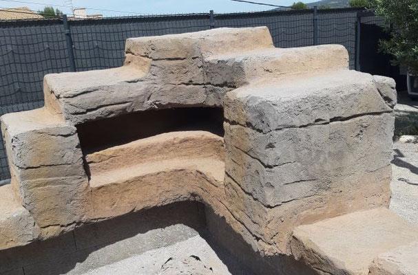 Sortie d'eau en cascade au milleu du faux rocher