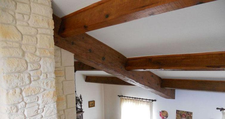 Poutre en enduit imitation bois après création de la structure avec un grillage lattis métallique nervuré sur poutre béton