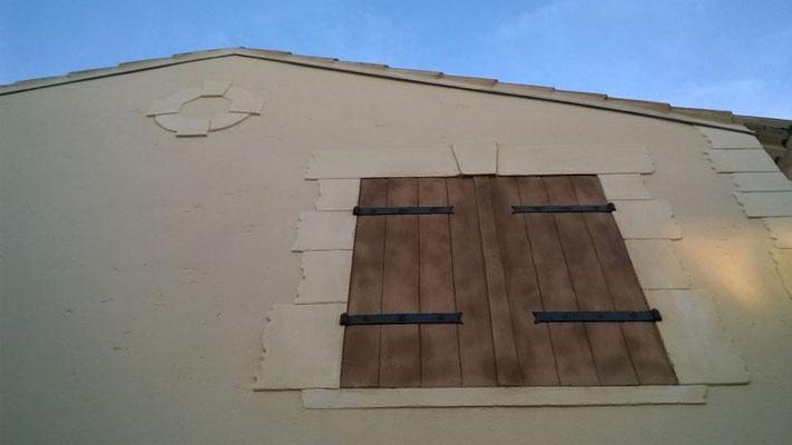 Faux volet bois sur habitation à étage