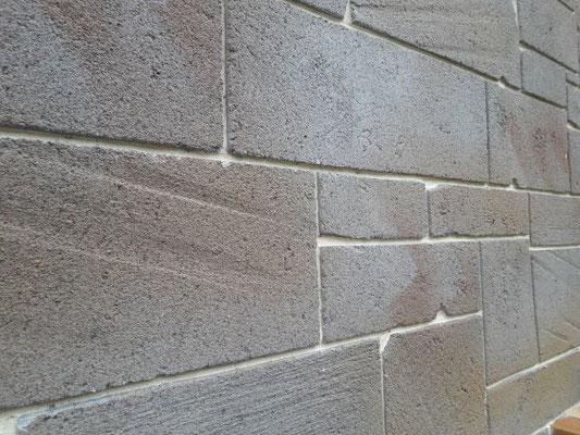 Enduit imitation pierres taillées et teintées style nervuré