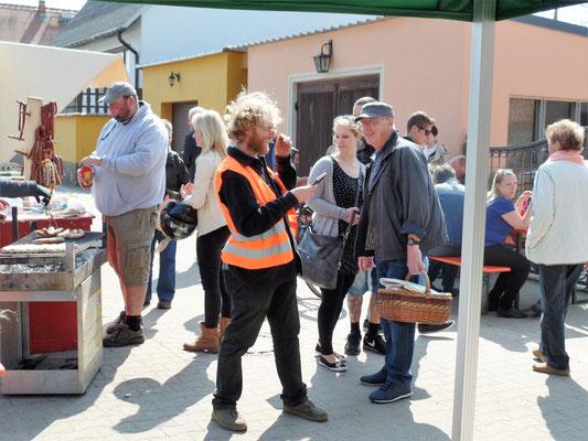 Leckere Bratwürste vom Grillstand beim Bauernmarkt im Elbe-Tierpark-Hebelei